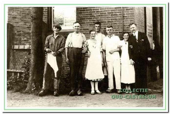 Personeel en directeur op de toto. Van links naar rechts: Herman Lute (broer van Dook Lute), Dorus Meijer (melkontvanger), Guurtje Ten Wolde (melkslijtster), Meindert Kuilman (centrifugist), Leen ten Wolde, Liefting (tijdelijke hulp), directeur Tjerk Van Eik.