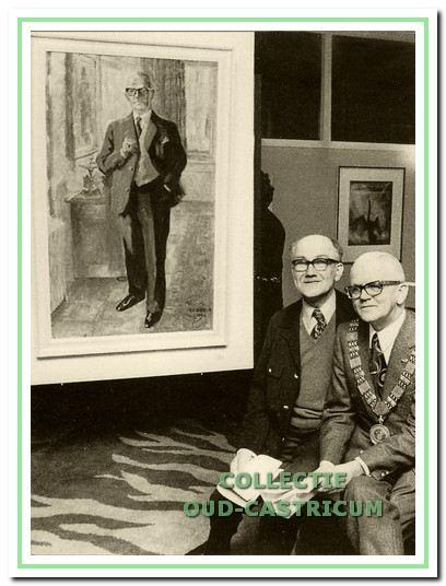 Heeck met burgemeester Bruinsma van Beverwijk bij het door Heeck vervaardigde schilderij.