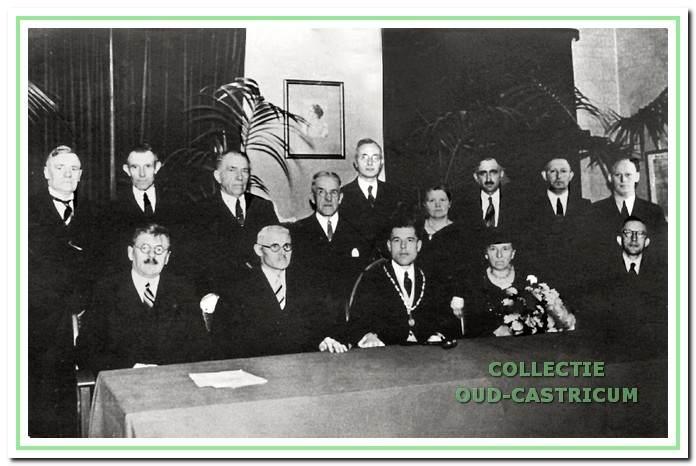 De voltallige gemeenteraad bij de installatie van burgemeester Sloet in 1937. V.l.n.r. staand G.F. (Gerrit) Res, P.M. (Piet) Borst, B. (Nardus) Res, F.J. Aukes, T. Hellinga, mevr. E. Bakker -  Pieters, P.C.W. (Piet) de Wildt,  J. (Jan) de Nijs en Th. (Dirk) Berlee. Zittend P. (Piet) de Vries (wethouder), H. Hemmer (wethouder), burgemeester Sloet met hoogstwaarschijnlijk zijn moeder en N.A. van Lunen (gemeente-secretaris).