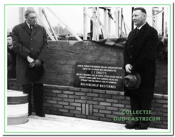 Burgemeester Smets legde op 3 november 1962 aan de Offenbachstraat de eerste steen voor de 2000e naoorlogse woning. Met de hoed in de hand staan de burgemeester en de aannemer even stil bij deze mijlpaal.