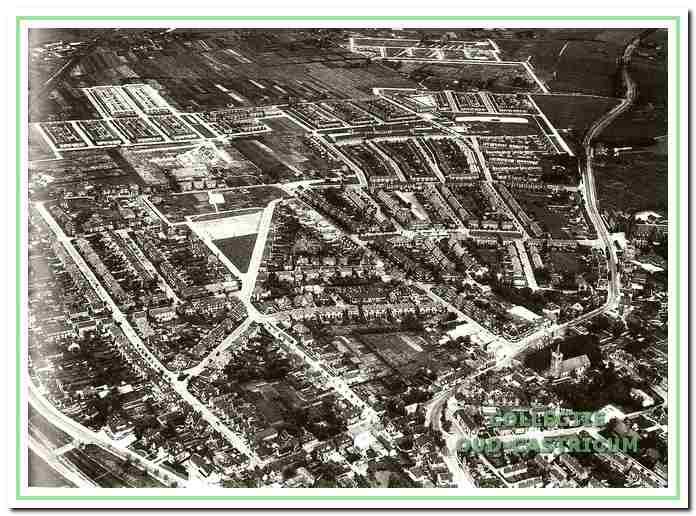 Luchtfoto van Castricum in 1962. De wijk Kooiweg is in aanbouw. De oude Alkmaarderstraatweg is er nog mooi op te zien.