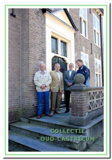 Van links naar rechts op de stoep van het oude raadhuis: de heren Mok, Wakke, De Bruin en Kaan.