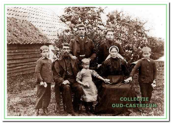 Het ouderlijk gezin Van Deelen in de buurtschap De Bunt omstreeks 1910. Derk staat rechts op de foto.