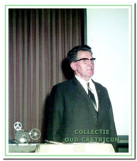 De heer Van Deelen tijdens een van zijn lezingen.