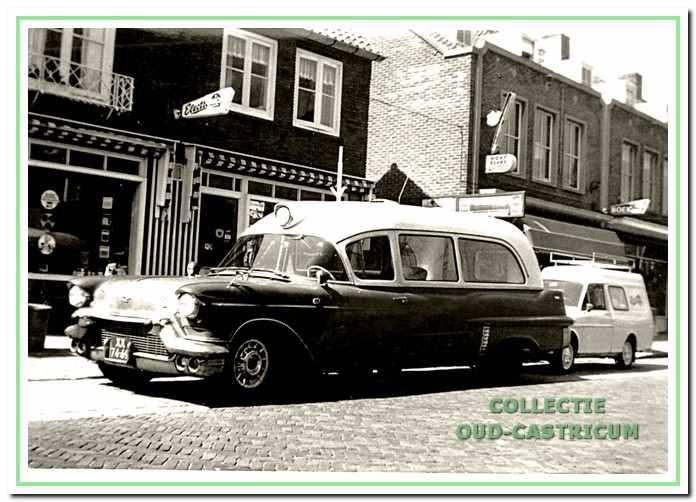 Voor het vervoer maakten de Frogs onder andere gebruik van een oude Cadillac-ziekenauto.