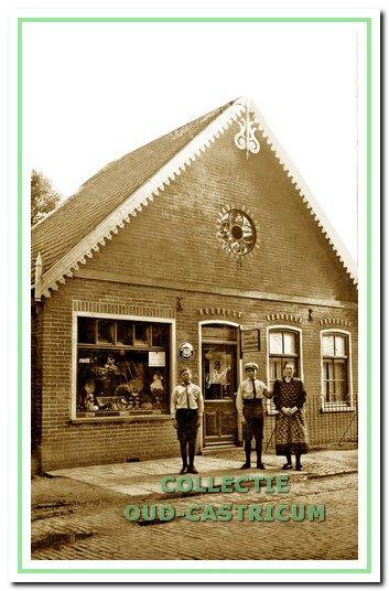 De groentezaak van Beentjes aan de Dorpsstraat 91 omstreeks 1930.