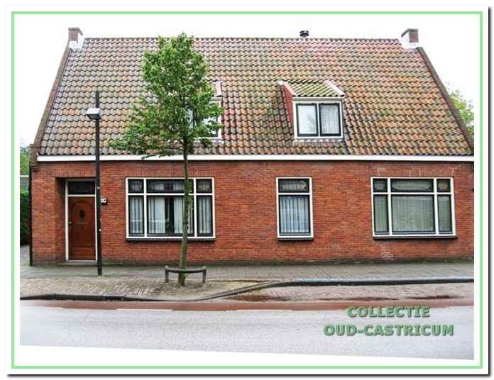 Vooraanzicht van het pand Dorpsstraat 97. Ogenschijnlijk onderging dit pand in de loop der tijd weinig verandering, maar in 1946 werd de zolderverdieping verbouwd.