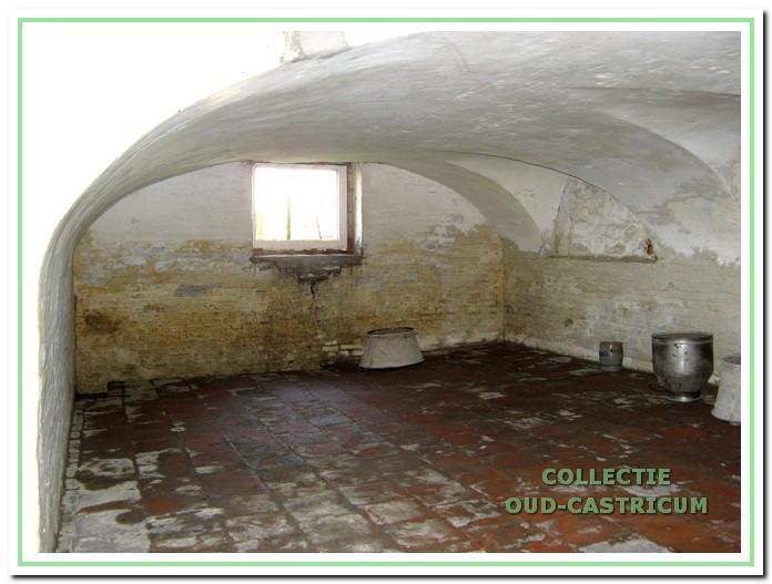 De overgebleven kelder van boerderij Cronenburg. Het dikke stuk functieloze muurwerk zou zich bevonden hebben in de naastgelegen kelder: Die kelder is in 1961 dichtgestort in verband met het verlagen van de vloer in het woongedeelte.