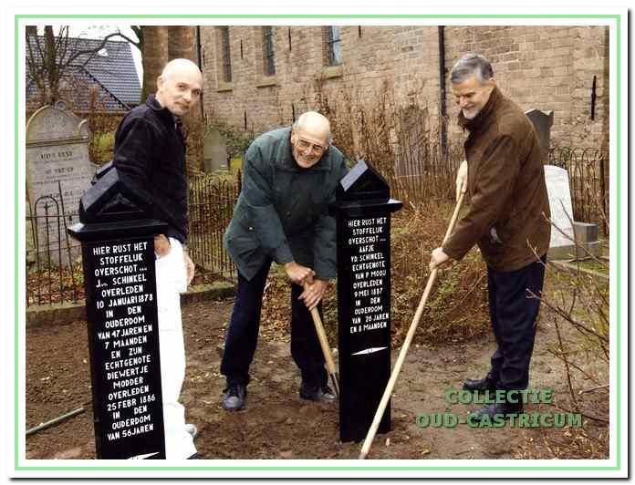 Herplaatsing van de gerestaureerde grafiekens met van links naar rechts de heren Breetveld, Mooij en Borst.