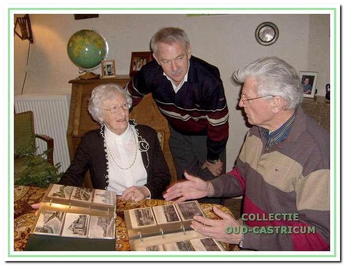 Schenkingen. De werkgroep heeft sinds haar bestaan talrijke schenkingen ontvangen van foto's en materialen. Hier bedanken voorzitter Piet Blom (rechts) en Simon Zuurbier in januari 2008 mevrouw A. de Graaf - Zuurbier voor de verzameling van maar liefst 350 ansichtkaarten uit de periode 1900-1950.