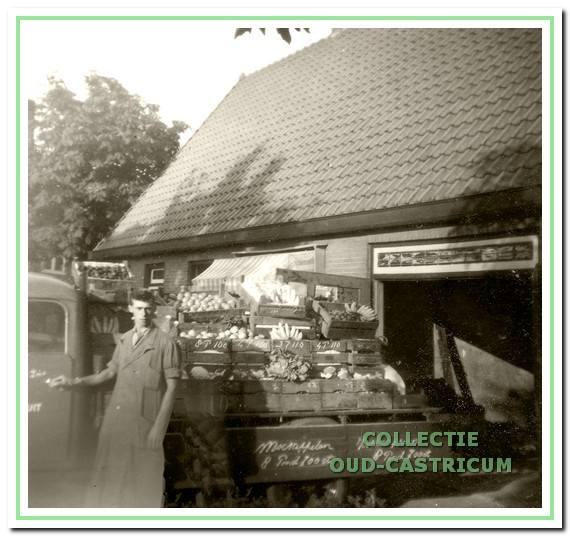 Piet Nanne met zijn groenten achter de winkel in de Nuhout van der Veenstraat.