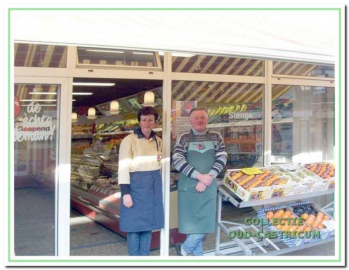 Marion Swart en Henk Stengs runden 30 jaar de winkel aan de Burgemeester Mooijstraat.
