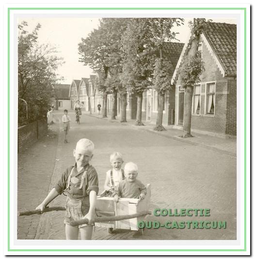 Kinderen van Piet van Kessel en Alie Res in de Schoolstraat: Peter, Ada en Jan.