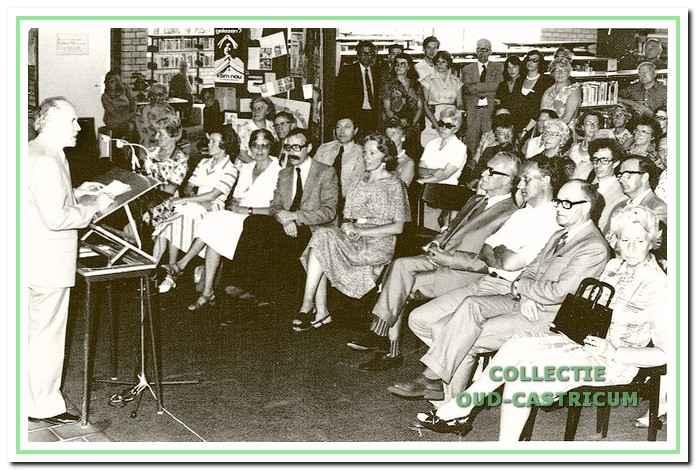 Opening van het bibliotheekgebouw aan de Geesterduinweg. Voorzitter Van den Toorn voert het woord. Verder op de eerste rij o.a. Hans Mozes, mede-oprichter van de algemene bibliotheek en directeur van de Provinciale Bibliotheek Centrale, mej. Hol, rijksinspectrice en burgemeester Van Boxtel.