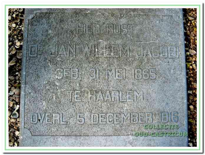 De tekst op de grafplaat van dr. Jacobi.