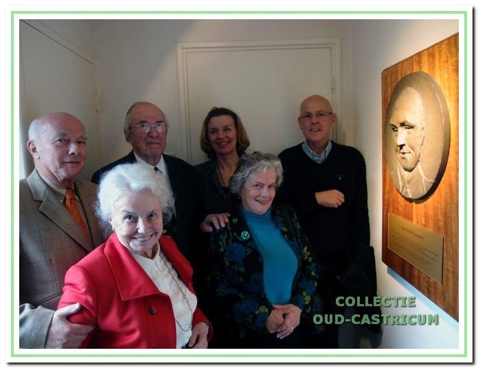 V.l.n.r. voor: de dochters Els en Madeleine Leenaers; achter de zoons Walter en Gerard en de huidige bewoners Annemieke Slaats en Jan Niemeijer vlak na de onthulling van de plaquette.
