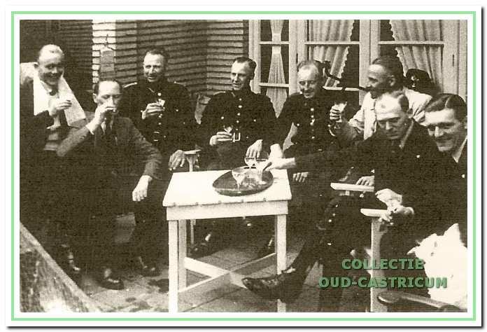 Jan Rozing, Piet van der Goes, Cornelis Kulk, Piet Vijn, Cor van der Kaaij, Gerard Klaasse, Ger van Weel en Joop Blom vieren de bevrijding.