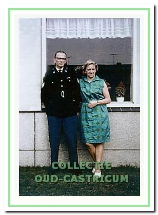 Theo Elbers en echtgenote voor de 'nieuwe woning'.