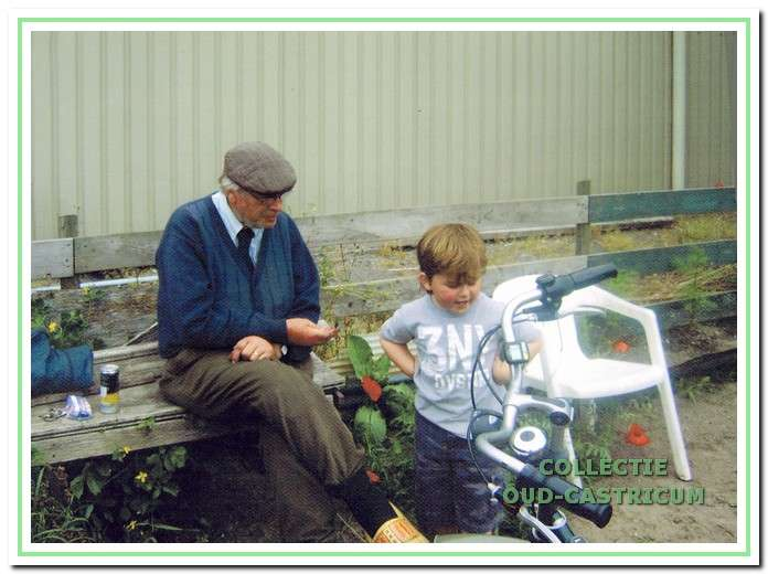 Loek met kleinzoon Sem op de tuin.