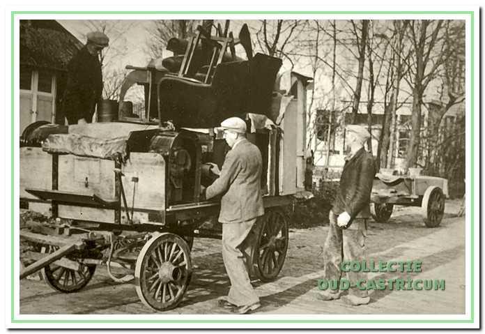 Evacuatie van de bewoners van het af te breken pand Duinenboschweg 20-22, alles wat rijden kon werd gebruikt voor de verhuizing.