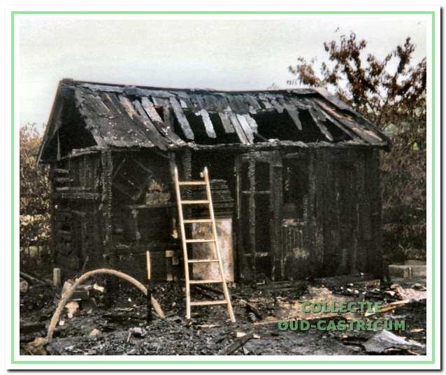Het afgebrande clubhuis in 1996.