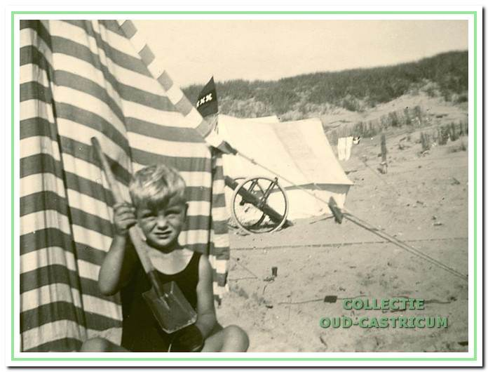 Jantje Blei op een zomerse dag op het strand. Waarschijnlijk is hij in diezelfde zomer om het leven gekomen.