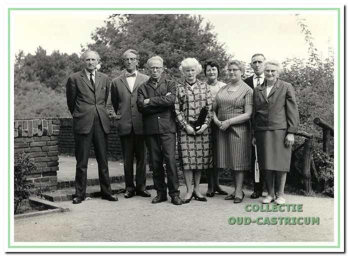Als in 1964 de familie Richter 25 jaar in het jeugdherbergwerk werkzaam is, wordt deze unieke foto gemaakt met de vier echtparen die achtereenvolgens de jeugdherberg te Bakkum hebben gediend.