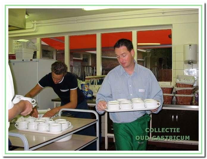 Frank van Vught gereed voor het serveren van de soep.