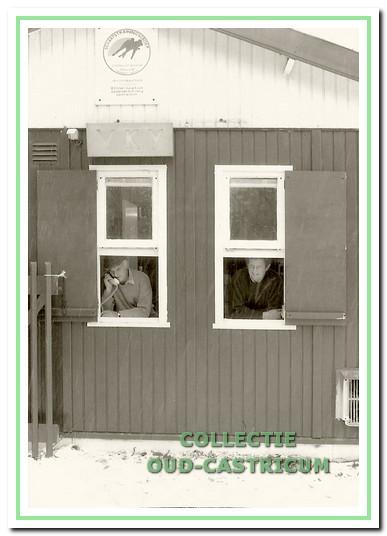 Arie Lute en Piet Zomerdijk achter het loket in 1991.