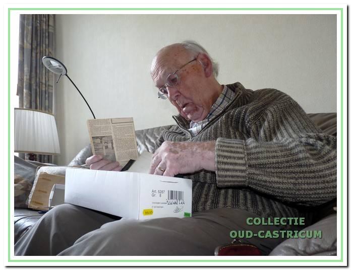 Jan Boesenkool op zoek naar foto's en documenten uit zijn verleden.