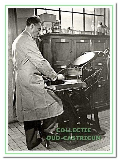 Piet Nagengast met de antieke trapdegel-drukpers (1961).