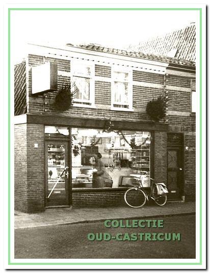 De winkel van Piet Webbe toen hij er pas in zat.