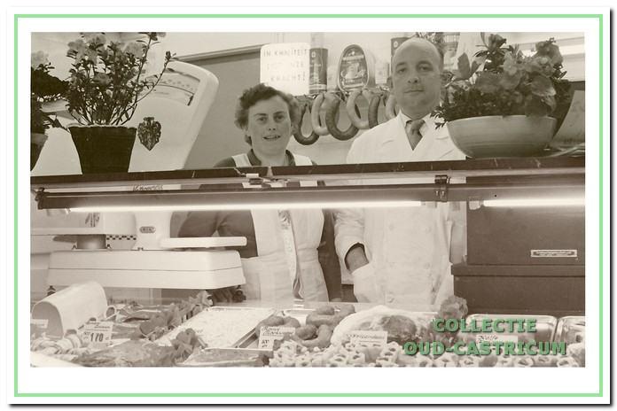 Henk Swart nam in 1955 de slagerij van Burgering over en runde deze met echtgenote Annie van Tiel tot 1977.