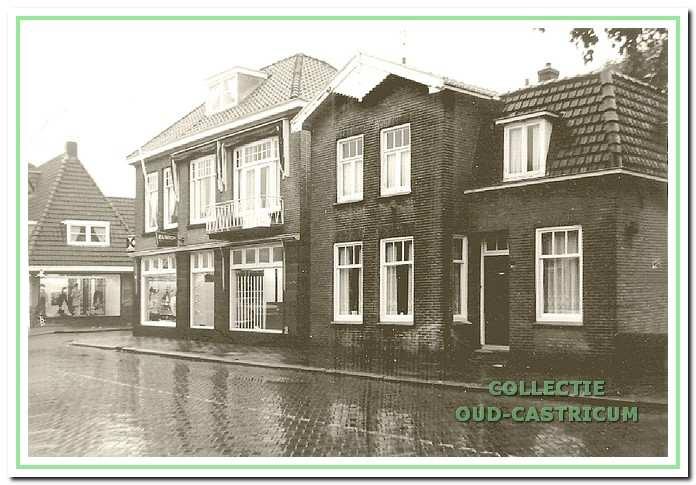 De situatie in 1968: vanaf de hoek de nog niet samengevoegde panden van Stevens (Dorpsstraat 90) en Louter (Dorpsstraat 92).