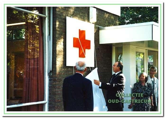 Na een renovatie heropende burgemeester Waal het gebouw op 23 september 2000. Links voorzitter Felix de Bats.