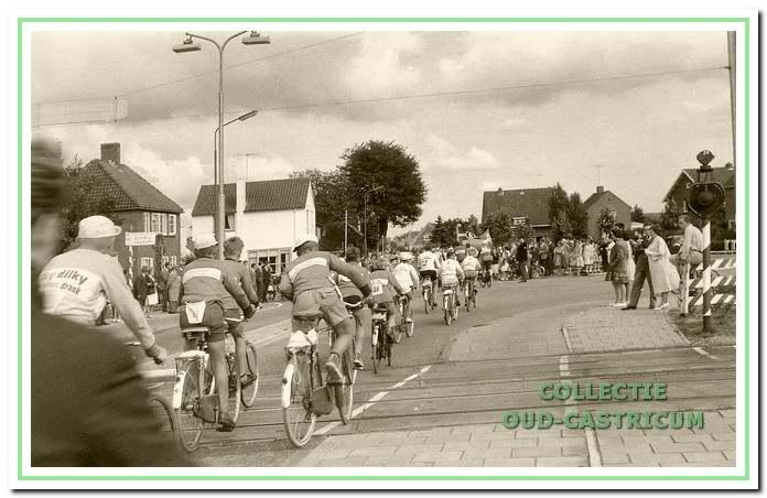 Binnenkomst van de tour in 1961. De renners passeren de spoorwegovergang bij de Ruiterweg.