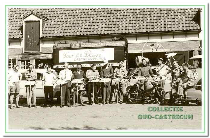 De leiding van de Tour de Flevo in 1959 voor de vrachtwagen van verhuisbedrijf De Wit. Derde van rechts staat Thijs Geerts.