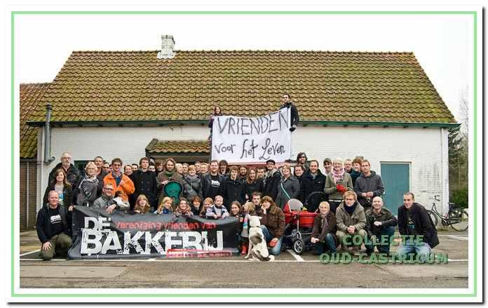 Deze groepsfoto werd op 26 november 2008 genomen voor het pand van Fatels aan de Puikman. De Vereniging Vrienden van De Bakkerij wilde in de leegstaande aardbeienloods tijdelijk haar intrek nemen totdat de plannen voor een definitieve vestiging in café Me Tante gerealiseerd konden worden.