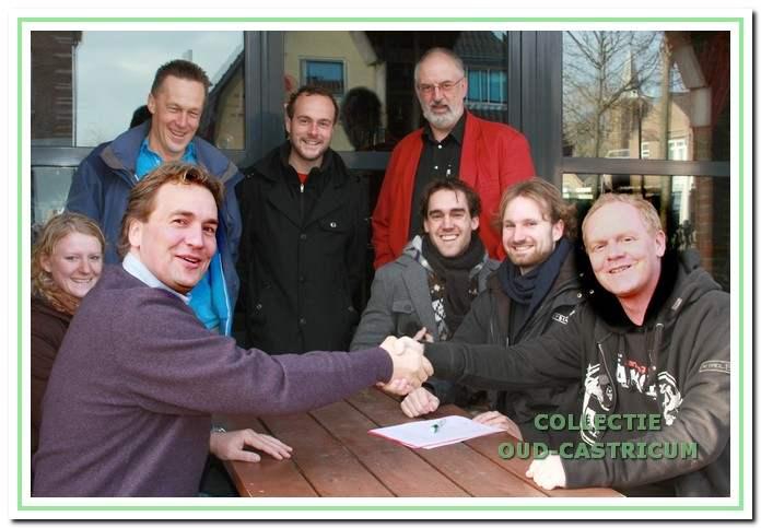 Ondertekening van het voorlopige contract voor aankoop van café Me Tante op 24 november 2009.