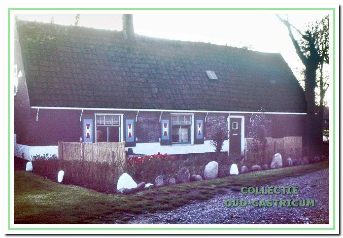 Het huisje van de koster, later bewoond door Dirk en Klaas Stuifbergen.