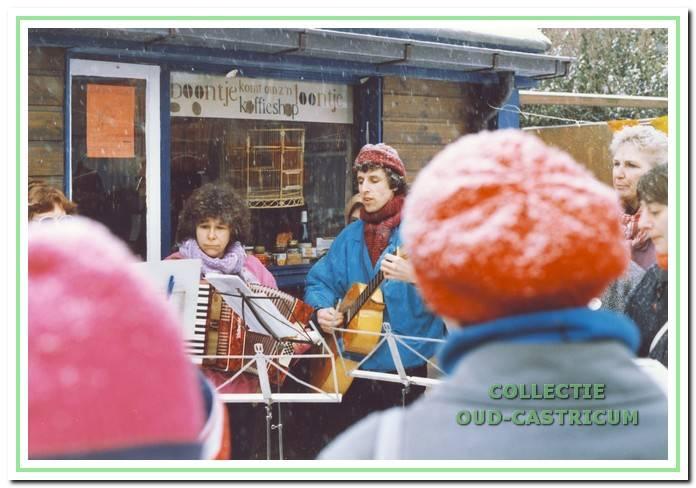 Februari 1986. Opening van de koffieshop 'Boontje komt om zijn loontje' met optreden van 'De Straatklinkers'.