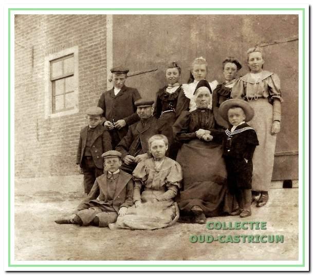 Foto van omstreeks 1908 van de familie Mooij bij de 'Schaapherderswoning'.