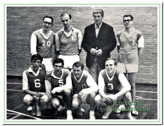 Trainer/coach Jan Smit met zijn kampioensteam in 1966.