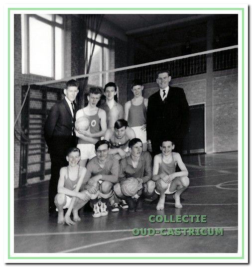 Een jeugdteam van Dynamo begin jaren 1960 met staande links en rechts de teamleiders resp. Dik en Klaas Wokke.