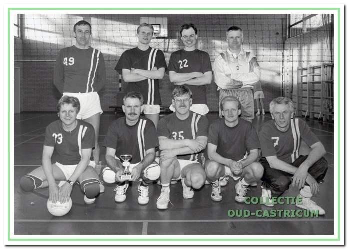 Het tweede herenteam van Dynamo dat in 1994 kampioen werd in klasse 3b van het district Zaanstreek/ IJmond.
