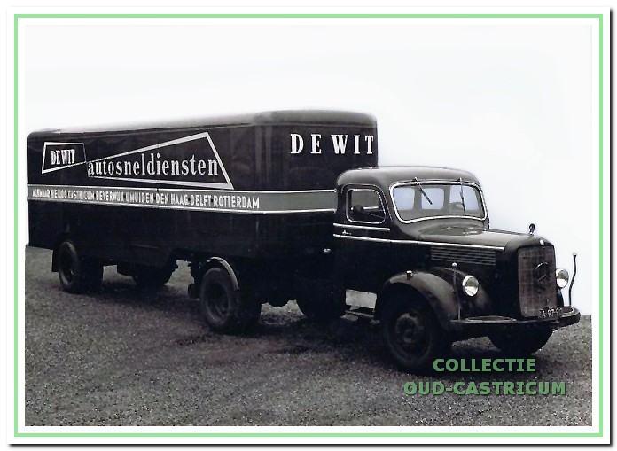 Mercedes-truck en trailer van 'De Wit autosneldiensten'.