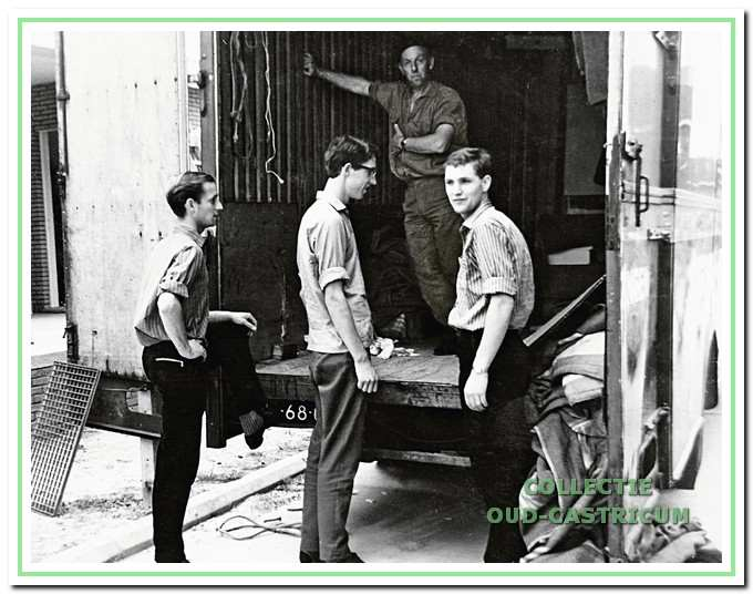 Drie zoons van Arie de Wit: Gé, Aad en Rob achter een verhuisauto.