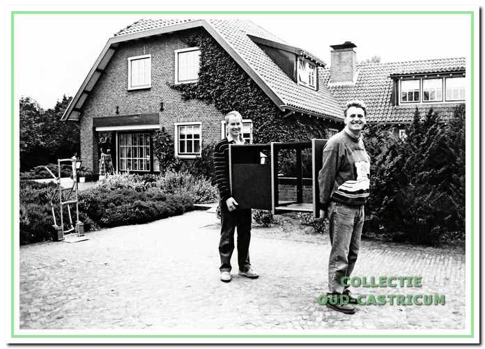 Verhuizing Henny Huisman naar Bakkum. Fred de Wit en Henny Huisman.