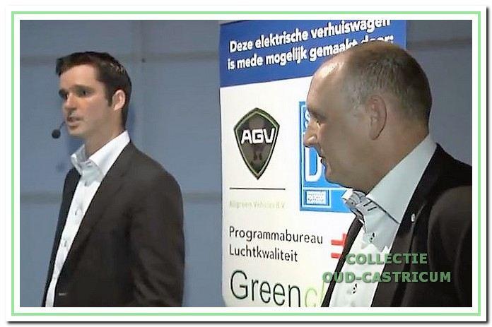 De huidige directeuren van Aad de Wit Verhuizingen, Carel Kuijper en Jan Laan, bij de ingebruikneming van de eerste elektrische verhuisauto.
