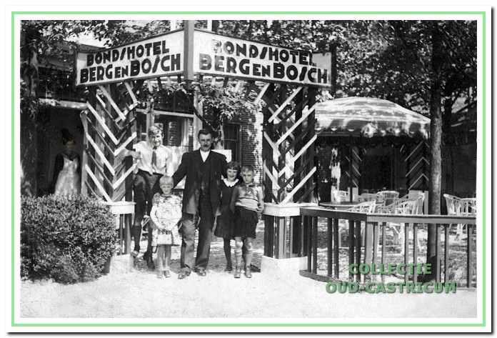 Café Borst kreeg rond 1928 een theetuin en heette tijdelijk 'Bondshotel Berg en Bosch'. Vader Willem poseert hiervoor met links op de foto zijn kinderen Dirk en Annie.